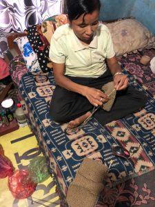 編み物をするスクマヤさん