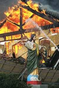 阪神大震災直後の炎上するカトリックたかとり教会