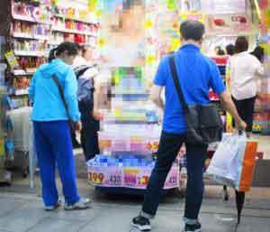 ドラッグストアで買い物をする中国人観光客