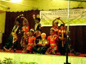 子どもたちの民族舞踊最後のポーズ