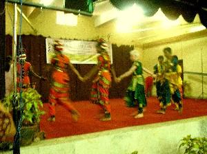 視覚障害者の子どもたちの民族舞踊