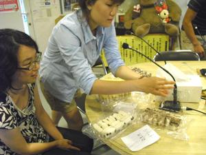 試食する韓国留学生と在日スタッフ