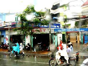 ベトナムでは大きなレインコートが主流