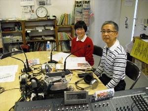 3月3日桃の節句の「KOBEながたスクランブル」FMわぃわぃ賛助会員の宮川清さん、信子さんと甲南大学の西川麦子さん。