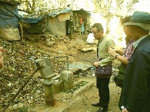 宿舎前の家と井戸