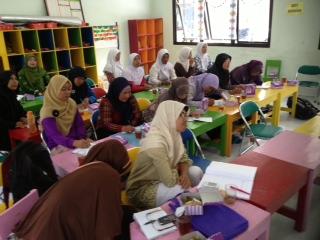 子ども向けの防災教育ツールづくりに向けてディスカッション 〜火山噴火から3年後のインドネシア・ケプハルジョ村の女性達〜