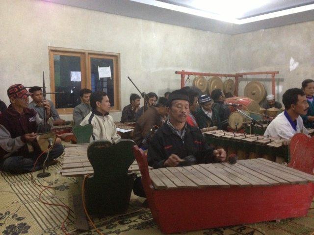 生活文化を伝える伝統音楽の演奏でリスナーと交流 〜 メラピ山のコミュニティラジオ局で生中継番組〜