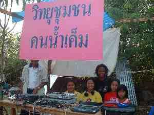 被災者キャンプの緊急ラジオ局