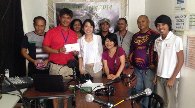 被災地の災害ラジオ局に義援金を届けました!〜フィリピン大型台風ハイエンの被害から11ヶ月〜