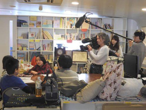 画像:2019年12月のキッズラジオ。ABCテレビキャストの取材を受けています