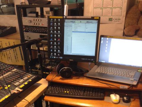 スタジオに設置されているプレイリスト用パソコン